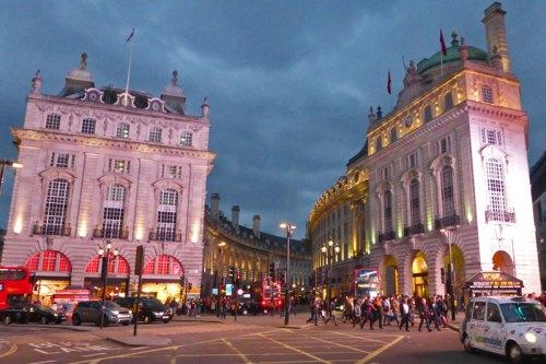 Piccadilly Circus, una de las plazas más emblemáticas del West End de Londres