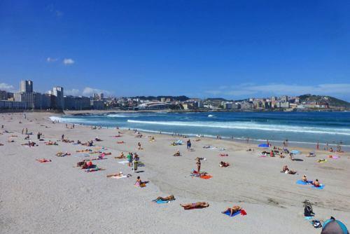Playa de Riazor, una de las playas de La Coruña más concurridas