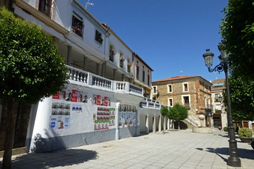 Plaza Mayor de Jaraíz de la Vera, al fondo el Palacio del Obispo Manzano