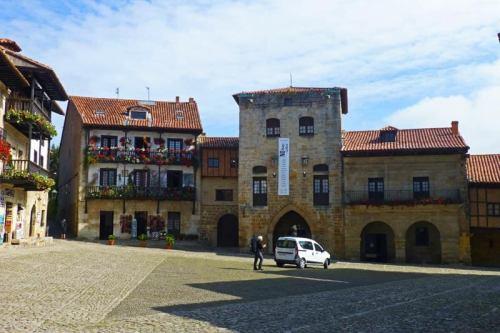 Torres y palacetes nobles en la Plaza Mayor de Santillana del Mar