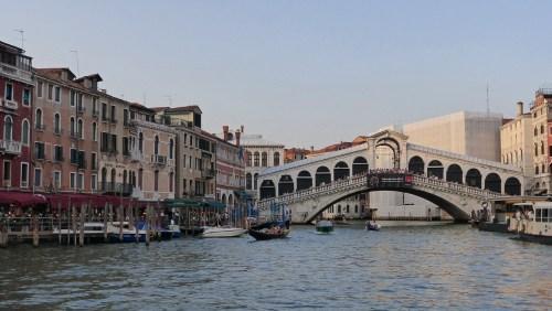 Puente de Rialto cruzando el Gran Canal de Venecia