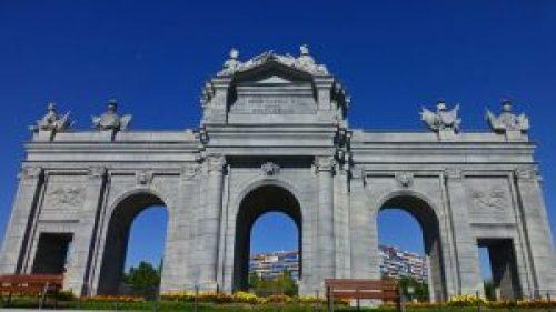 La Puerta de Alcalá domina una de las entradas del Parque Europa