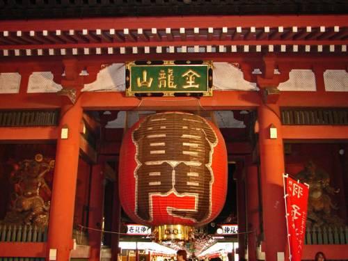 Puerta Kaminarimon, acceso principal al Templo Sensoji