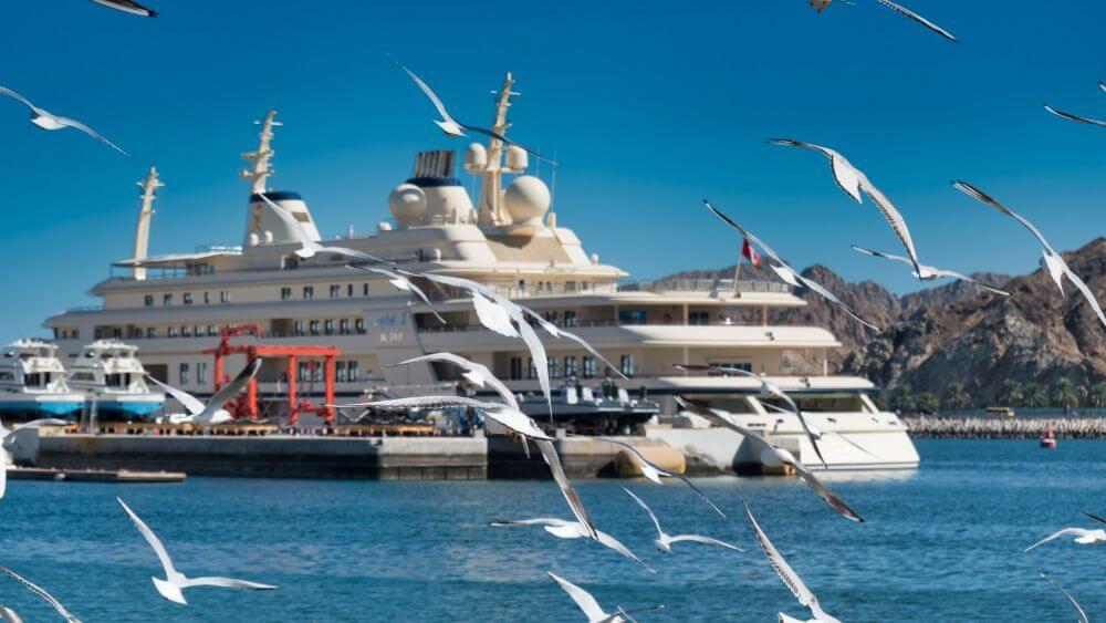 Crucero en el puerto de Mutrah, uno de los medios más utilizados para llegar a Mascate