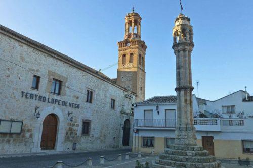 Rollo de Justicia de Ocaña frente al Teatro Lope de Vega