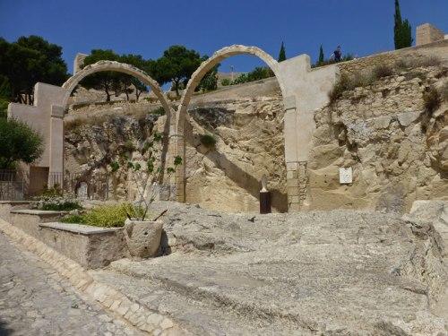 Restos de la antigua iglesia del Castillo de Santa Bárbara