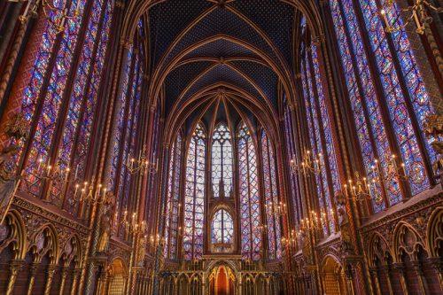 Interior de la Iglesia Sainte Chapelle con sus luminosas vidrieras
