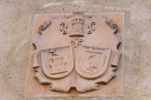 Escudo nobiliario con las llaves de la Villa de las Siete Puertas