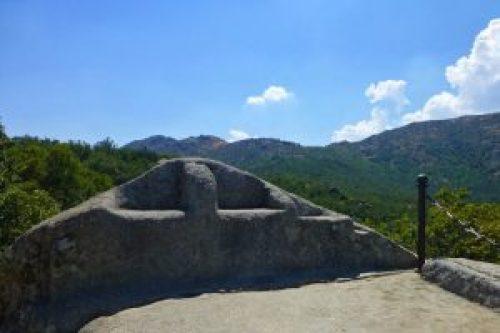Silla de Felipe II, uno de los principales atractivos del Bosque de la Herrería
