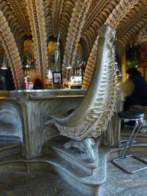 Detalle de las sillas del Café Alien en Gruyeres