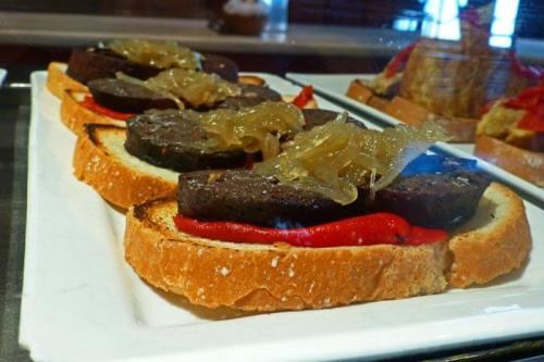 Salir de tapas es una de las costumbres gastronómicas más arraigadas en Salamanca