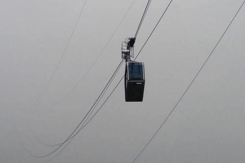 Teleférico de Fuente Dé emergiendo entre la niebla