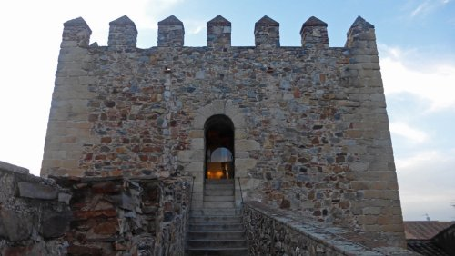Entrada a la Torre de Bujaco, torres de la muralla de Cáceres