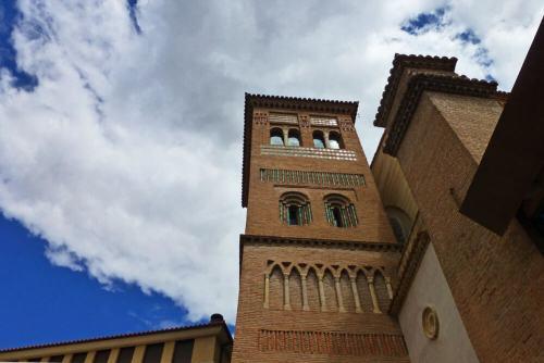 Torre de la Iglesia de San Pedro junto al Mausoleo de los Amantes de Teruel