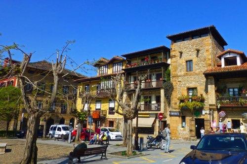 Torre de la Vega rodeada por edificios típicos de la arquitectura montañesa