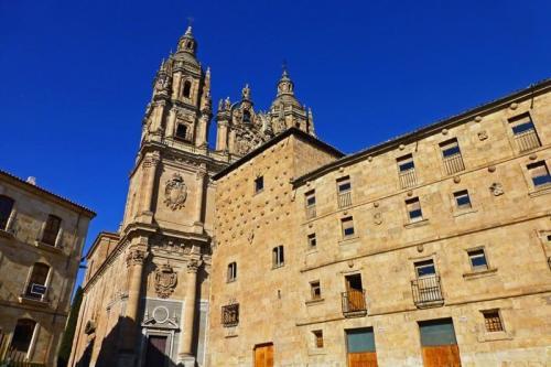 Casa de las Conchas junto a La Clerecía, dos de los edificios más emblemáticos de Salamanca