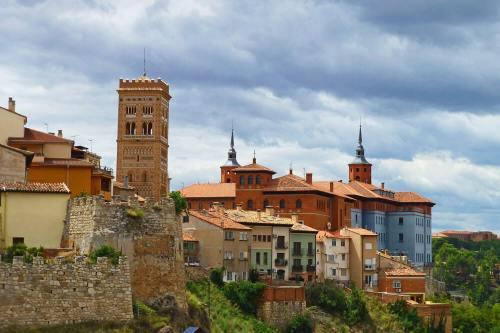 Torre de estilo mudéjar aragonés en el casco histórico de Teruel
