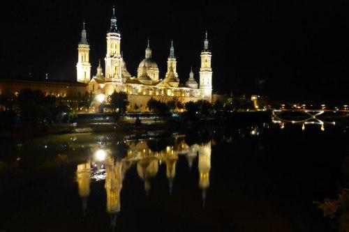 Vista nocturna de la Basílica del Pilar a orillas del río Ebro