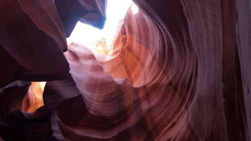 Luz del sol entrando entre las estrechas paredes del Cañón del Antílope