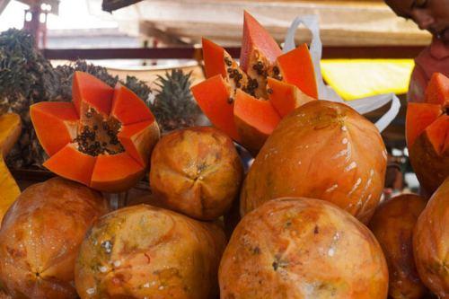 Papaya o Fruta Bomba que se puede encontrar en un típico mercado cubano, qué comer en La Habana