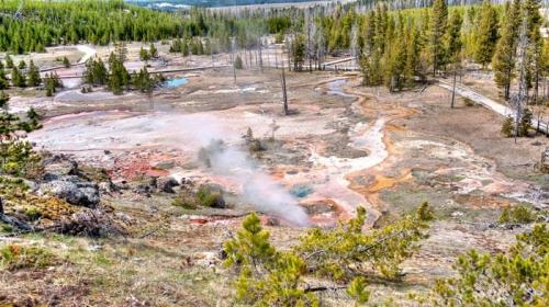 Fuente termal Artists Painpots en el Parque Nacional de Yellowstone