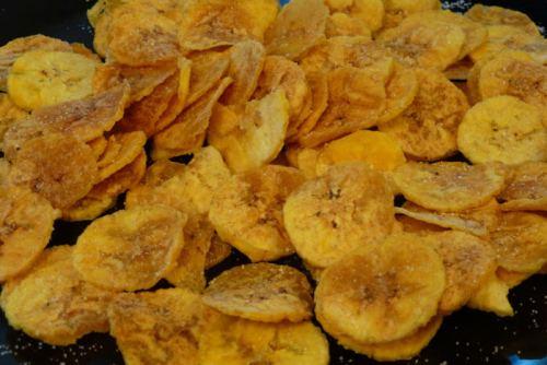 Mariquitas o chicharritas de plátano fritas, una de las muchas delicias cubanas, qué comer en La Habana