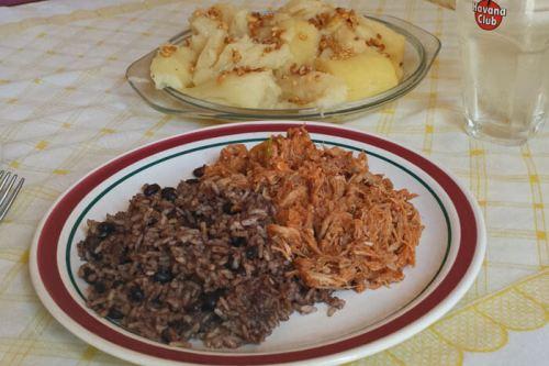 Ropa Vieja con Moros y Cristianos y yuca con mojo, platos típicos de la gastronomía cubana, qué comer en La Habana