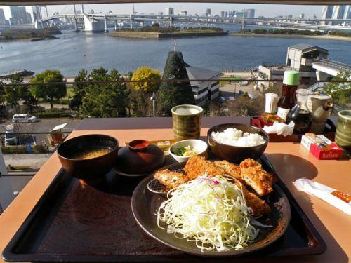 Tonkatsu en un restaurante de Odaiba con vistas a la Bahía de Tokio