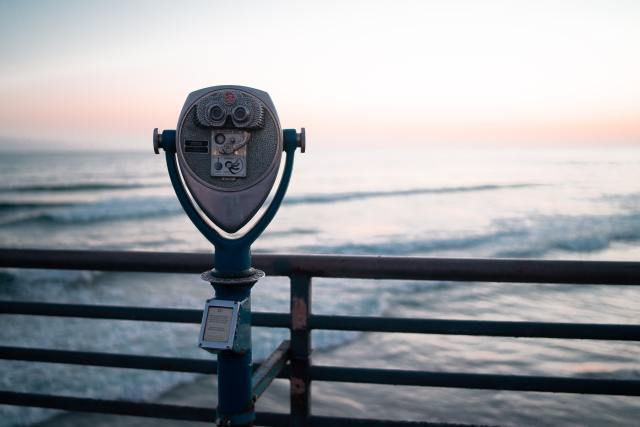 A binoculars-stand looking out to the ocean.