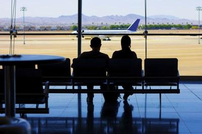 Passageira idosa é indenizada por atraso de voo de 24 horas