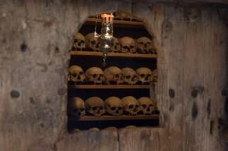 As caveiras dos monges de Meteora são mantidas dentro dos monastérios