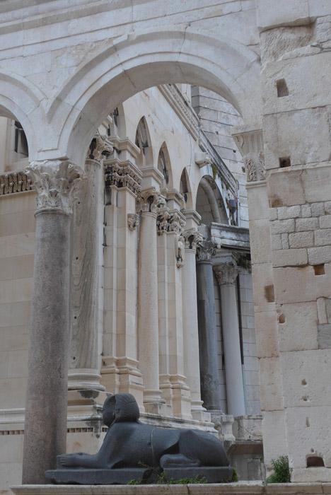 Esfinge egípcia na entrada da Catedral de São Dómnio