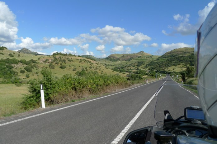 de mota por SS292 a Estrada Ocidental Sarda, parte do percurso do Rally da Sardenha. WRC