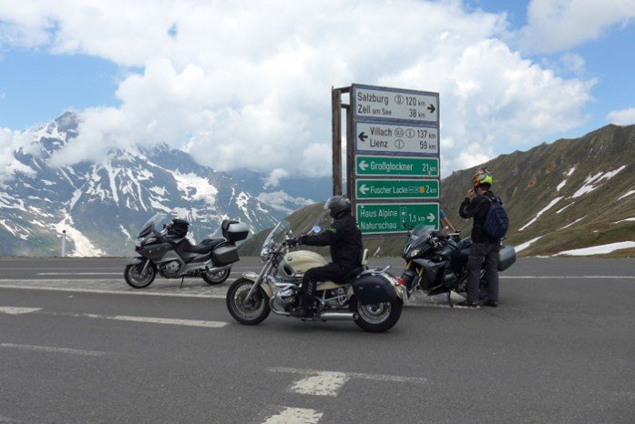Grossglockner no topo da estrada de montanha alpina Áustria de mota pelos alpes