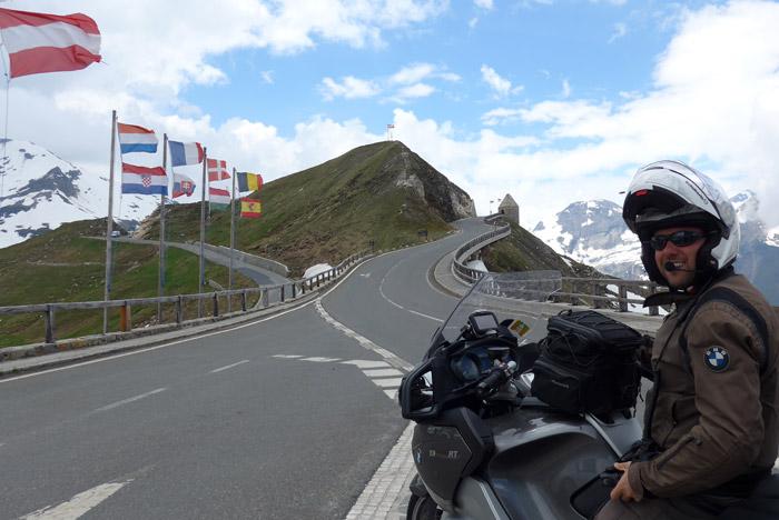 de mota por Grossglockner estrada de montanha alpina