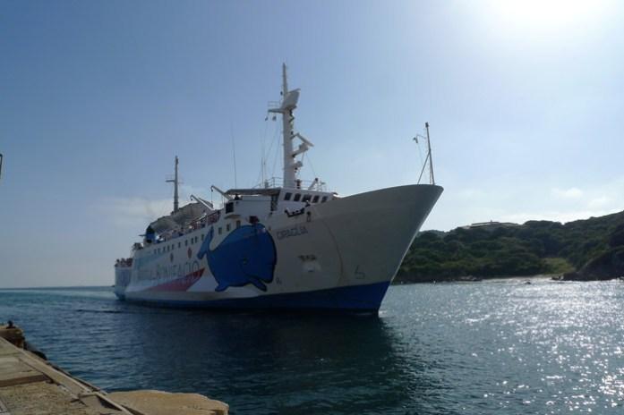 Travessia de ferry da Ilha Sardenha para a Ilha Córsega de mota
