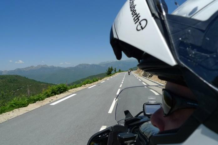 de mota Pela Col de Verde. Estrada D69 na Alta Córsega