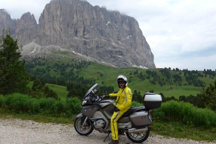 Com o fato de chuva numa viagem de mota pela Noruega. Em Atlantic Road