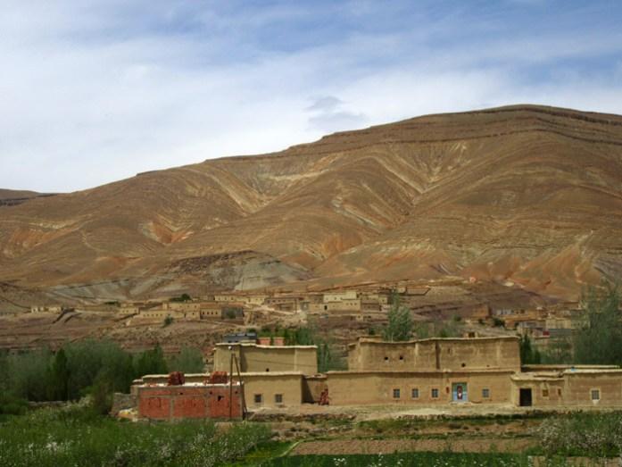 Viagem de mota por Marrocos. Estrada R704 em M'Semrir