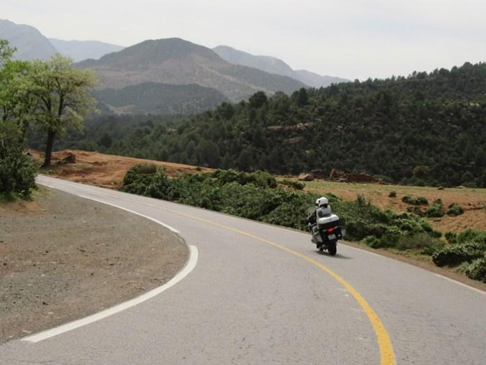 A estrada de Marrakech a Ouarzazate. Viagem de mota a Marrocos.