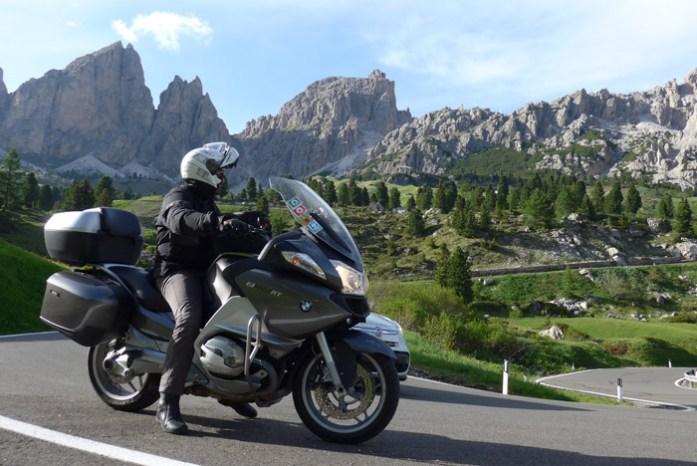 De mota nas Dolomites em Val Gardena.