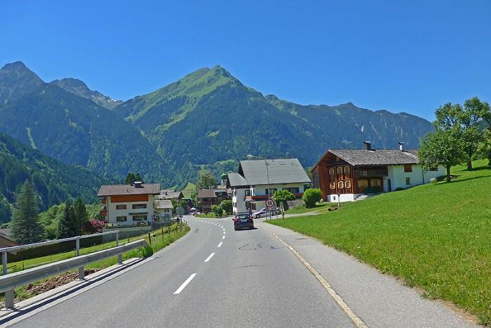 Viagem de mota aos Alpes - Dicas e Informações de viagem. Carro da polícia a controlar velocidade em zona de 50 km/h no sentido oposto.