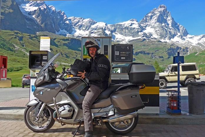 Viagem de mota aos Alpes - Dicas e informações. Bombas de Gasolina em Vale D'Aosta. Breuil Cervinia com vista para a montanha Matterhorn