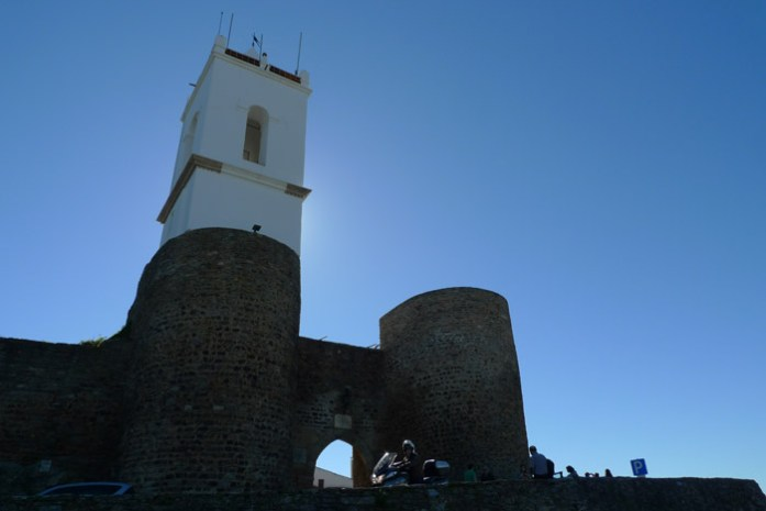 Pelo Alentejo de mota em Castelo de Monsaraz com vista para o Alqueva.