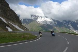 Roteiro de viagem de mota pelas curvas alpinas. Grossglockner. Áustria