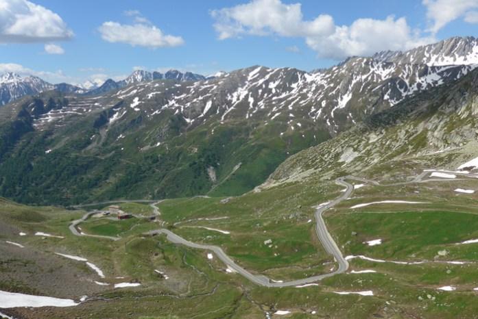 Roteiro de viagem de mota pelas curvas alpinas. Col du Grand Saint Bernard. Suíça