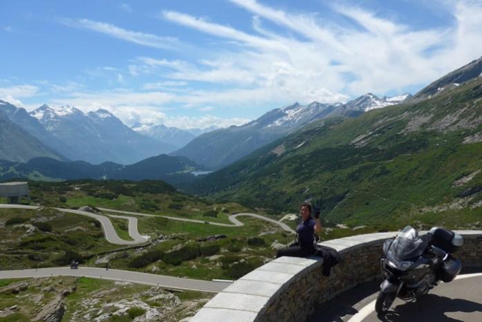 Roteiro de viagem de mota pelas Estradas Alpinas. San Bernardino Pass. Suíça
