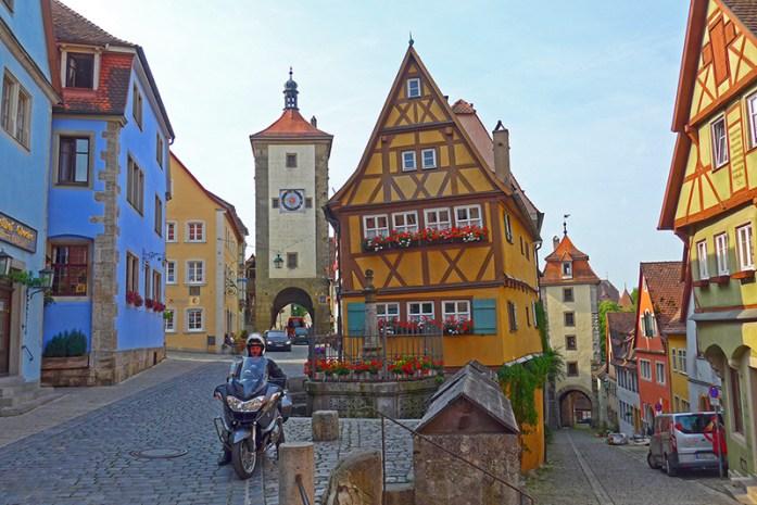 De mota pela Romantic Road na Alemanha. Em Obere Schniedgasse e Plönlein.
