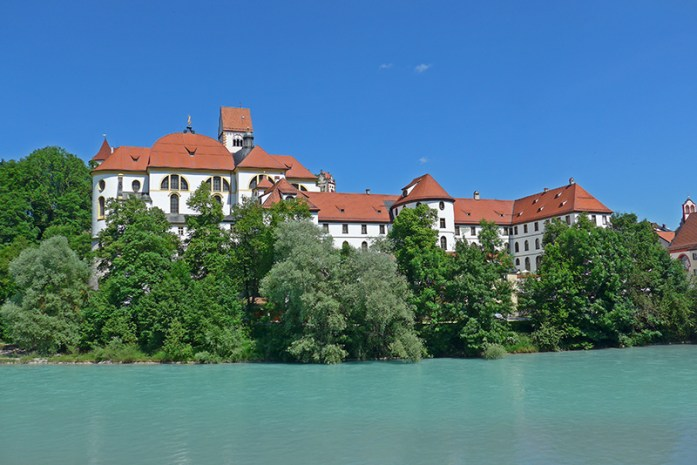 Visitar a Romantic Road Basílica de São Mang e antigo mosteiro nas margens do rio Lech. Em Fussen.