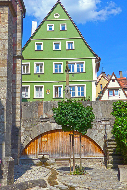 De mota pela Romantic Road na Alemanha. EmRothenburg ob der Tauber.